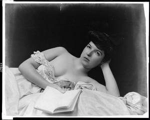 Bernard-album/748px-Young_woman_wearing_negligee_lying_in_bed_holding_bookLoC-600x482.jpg